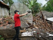 Bupati Purworejo Agus Bastian saat mengunjungi salah satu rumah korban tanah bergerak di Bruno, Sabtu (16/01/2021) - foto: Sujono/Koranjuri.com