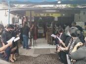 Persembahyangan secara nasrani di keluarga almarhumah pramugari Sriwijaya Air Mia Tresetyani Wadu (23) usai tiba di rumah duka di Jalan Tukad Gangga, Gang Tirta Gangga, Renon, Denpasar, Rabu, 20 Januari 2021 - foto: Koranjuri.com