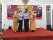 Muhammad Mukaffi (kiri) dan Lukman Agung Widodo (kanan), dalam acara pisah sambut, Jum'at (22/01/2021) di aula Baharuddin Lopa, Rutan Purworejo - foto:  Koranjuri.com