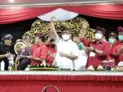 Gubernur Bali yang juga Ketua DPD PDIP Provinsi Bali Wayan Koster memberikan pernyataan dalam konferensi pers di kantor DPD PDIP Provinsi Bali, Sabtu, 23 Januari 2021. Dalam kegiatan itu sekaligus dilakukan potong tumpeng untuk memperingati HUT Ke-74 Ketua Umum PDIP Megawati Soekarnoputri - foto: Koranjuri.com