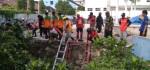 Cegah Banjir, Puluhan Relawan Membersihkan Sungai Di Jalan Bhayangkara Solo
