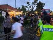 Proses evakuasi pohon tumbang di jalan Gajah Mada, Desa Bandungrejo, Bayan, Purworejo, Selasa (26/01/2021) sore - foto: Sujono/Koranjuri.com