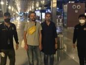Petugas Imigrasi Kantor Imigrasi kelas II TPI Singaraja mendampingi proses deportasi terhadap warga Belarusia pada Selasa (26/1/2021) malam - foto: Istimewa