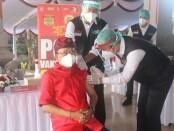 Gubernur Bali Wayan Koster menerima vaksin covid-19 kedua setelah dua pekan sebelumnya mendapatkan suntikan pertama - foto: Istimewa