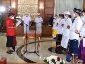 Gubernur Bali Wayan Koster melantik 5 Komisioner Komisi Informasi (KI) periode 2021-2025 di Gedung Jayasabha, Denpasar, Kamis, 28 Januari 2021 - foto: Istimewa