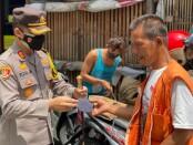 Kapolres Purworejo AKBP Rizal Marito saat memimpin pembagian seribu masker kepada masyarakat di Pasar Baledono, Purworejo, Senin (01/02/2021) - foto: Sujono/Koranjuri.com