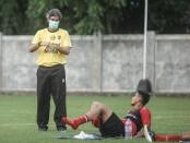Stefano Teko Cugurra (kiri/bermasker) saat memimpin latihan ringan Bali United di Kuta, Kamis, 18 Februari 2021 - foto: Koranjuri.com