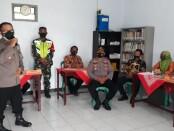 Tim Asistensi Supervisi Polres Purworejo, saat mengunjungi Pos UKL PPKM Mikro di Desa Bajangrejo, Banyuurip, Selasa (23/02/2021) - foto: Sujono/Koranjuri.com
