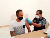 Salah satu wartawan di Purworejo saat menjalani vaksinasi, Sabtu (27/02/2021) sore - foto: Sujono/Koranjuri.com