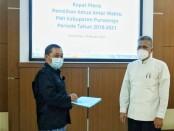 Aris Himawan (kiri) menerima berita acara Rapat Pleno Pemilihan Ketua AW PWI Kabupaten Purworejo dari Wakil Ketua Bidang Organisasi PWI Jateng di Gedung DPRD Purworejo, Rabu (03/02/2021) - foto: Sujono/Koranjuri.com