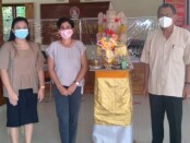 Ketua Stispol Wira Bhakti Denpasar, Prof. Dr. Wayan Windia (kanan) saat menerima kunjungan Prof. Yasna Singh di kampus setempat - foto: Istimewa