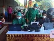 Vaksinasi masal tenaga kesehatan di Wantilan DPRD Provinsi Bali - foto: Koranjuri.com