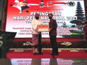 Wakil Gubernur Bali Tjokorda Oka Artha Ardhana Sukawati menyerahkan penghargaan kepada Ketua PWI Provinsi Bali IGMB Dwikora Putra pada puncak peringatan Hari Pers Nasional (HPN) 2021 tingkat Provinsi Bali, di rumah jabatan Gubernur Bali Jayasabha, Denpasar, Selasa, 9 Februari 2021 - foto: Koranjuri.com