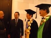 Kepala LLDikti Wilayah VIII Prof. Dr. I Nengah Dasi Astawa, M.Si berbincang-bincang dengan Drs. Ida Bagus Dharmadiaksa,  M.Si., Ak., C.A (Ketua Yayasan WDS Denpasar), Dr. Dadang Hermawan (Rektor ITB STIKOM Bali) dan I Made Sarjana, S.E., M.M (Wakil Rektor 3 ITB STIKOM Bali) dalam wisuda ITB STIKOM Bali tahun 2019 - foto: Istimewa