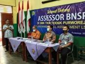 Dua Master Assessor dari BNSP (Badan Nasional Sertifikasi Profesi), Martinus Darmonsi dan Syaiful Anwar, saat melakukan Full Assessment dalam rangka pendirian LSP (Lembaga Sertifikasi Profesi) P1 di SMK TKM Purworejo, Sabtu (20/02/2021) - foto: Sujono/Koranjuri.com