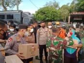 Personel gabungan TNI/Polri serta tim Basarnas mengevakuasi ribuan warga korban tanggul Citarum yang jebol - foto: Istimewa