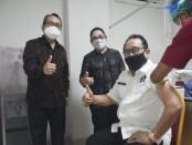 Wagub Bali Tjokorda Oka Artha Ardhana Sukawati mendapatkan suntikan vaksin covid-19, Rabu, 24 Februari 2021 - foto: Istimewa