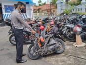 Kanitlaka Satlantas Polres Purworejo, Ipda Yanuar, saat menunjukkan sepeda motor Honda Beat bernopol AA-3662-NV, yang ringsek akibat bertabrakan dengan mobil Avanza, Minggu (07/03/2021) malam, di depan kantor DPU Kabupaten Purworejo - foto: Sujono/Koranjuri.com