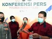 KBO Reskrim Polres Purworejo, Iptu Kusen Martono, menunjukkan barang bukti sebilah bendo, dalam kasus KDR yang dilakukan tersangka Ks (46), seorang ibu rumahtangga warga Kalijering, Pituruh, Rabu (10/03/2021) - foto: Sujono/Koranjuri.com