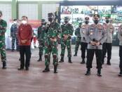 Gubernur Bali Wayan Koster mendampingi Panglima TNI Marsekal Hadi Tjahjanto dan Kapolri Jenderal Listyo Sigit Prabowo meninjau vaksinasi secara serentak bagi anggota TNI/Polri yang dilaksanakan se Bali Nusra pada Jumat, 19 Maret 2021 - foto: Istimewa