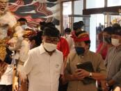Wawali Denpasar I Kadek Agus Arya Wibawa ditemani Prof. Made Bandem di lokasi pameran - foto: Istimewa