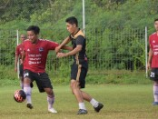 I Gede Suasana (kiri) melindungi bola dari hadangan pemain Nusa Dua FC - foto: Koranjuri.com