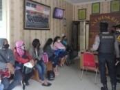 7 Pekerja Seks Komersial (PSK) diciduk di Kawasan Kestalan, Gilingan, Banjarsari, Solo diamankan dalam razia Pekat. Selain PSK, aparat juga mengamankan tiga pria - foto: Koranjuri.com