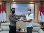 Kapolda Bali Irjen Pol I Putu Jayan Danu bersama Ketua Serikat Media Siber Indonesia Provinsi Bali Emanuel Dewata Oja, Senin, 8 Maret 2021 - foto: Istimewa