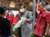 Ketua TP PKK Bali Putri Suastini Koster melakukan kunjungan sosial di Musium Pustaka Lontar, Desa Dukuh, Penaban, Karangasem, Jumat (19/3/2021) - foto: Istimewa