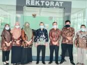 Rektor UM Purworejo Dr. Rofiq Nurhadi, MAg dan Kepala SMK Kesehatan Purworejo Nuryadin, SSos, MPd, berfoto bersama usai penandatanganan MoU, didampingi jajarannya masing-masing, Selasa (23/03/2021) - foto: Sujono/Koranjuri.com