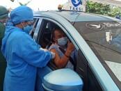 Pengemudi taksi blue bird mengikuti vaksinasi Drive thru di GOR Ngurah Rai, Denpasar, Sabtu, 27 Maret 2021 - foto: Koranjuri.com