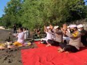 Kapolda Bali Irjen Pol Putu Jayan Danu Putra bersama Gubernur Bali I Wayan Koster melakukan doa bersama untuk KRI Nanggala 402, di Pelabuhan Lalang, d Desa Sumberkelampok, Gerokgak, Buleleng, Sabtu (24/04/2021) atau tepat di Hari Raya Kuningan - foto: Istimewa