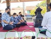 Ketua Umum Partai Demokrat, Agus Harimurti Yudhoyono dan rombongan, saat melakukan ziarah di makam Sarwo Edhie Wibowo  di Ngupasan, Pangenjurutengah, Purworejo, Minggu (04/04/2021) - foto: Sujono/Koranjuri.com