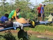 Prajurit Yonif Mekanis Raider 412/BES/6/2 Kostrad, bergotong royong bersama warga membangun jembatan gantung di Desa Sewawung, Kecamatan/Kabupaten Purworejo, Jateng, Selasa (28/04/2021) - foto: Sujono/Koranjuri.com