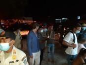 Tim gabungan terdiri dari Satpol PP Provinsi Bali dan Kabupaten Badung, Kepolisian serta Imigrasi Kelas I Khusus TPI Ngurah Rai, menggelar operasi penegakan protokol kesehatan di kawasan wisata Pantai Batu Bolong, Canggu, Badung, Minggu (4/4/2021) malam - foto: Istimewa