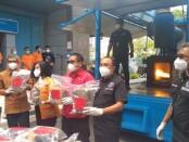 Kabid Pemberantasan BNNP Bali, Agus Arjaya saat memimpin pemusnahan barang bukti narkotika - foto: Koranjuri.com