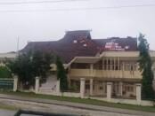 Atap di Gedung DPRD Rote Ndao tersingkap akibat hempasan angin kencang, Senin, 5 April 2021 - foto: Koranjuri.com
