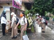 Pada uji coba pelaksanaan Pembelajaran Tatap Muka, SMPN 1 Purworejo menerapkan protokol kesehatan yang ketat, Rabu (07/04/2021) - foto: Sujono/Koranjuri.com
