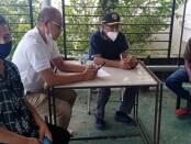 Yundri Neonleni (30) (kanan) melapor ke Posko Bencana di Pemkab Rote Ndao - foto: Koranjuri.com