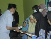 Komunitas #JalanKita dan Rohis Klarista SMK Kesehatan Purworejo, saat bagi-bagi Al Qur'an pada anak-anak di Desa Giyombong, Bruno, Minggu (11/04/2021) - foto: Sujono/Koranjuri.com
