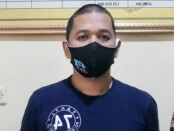 Tersangka R (38), seorang oknum PNS pelaku penggelapan 2 unit mobil - foto: Sujono/Koranjuri.com