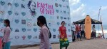 Peringati Hari Kartini, Surfer Perempuan Berkebaya Berselancar di Pantai Kuta