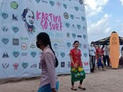 Memperingati hari lahir RA Kartini dengan cara unik, para surfer wanita berkumpul dengan mengenakan pakaian tradisional, mereka membawa papan selancar dan meluncur membelah ombak laut - foto: Istimewa