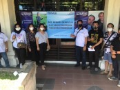 Pengurus dan anggota DPC Denpasar Perhimpunan Advokat Indonesia (Peradi) Denpasar mengikuti vaksinasi masal Covid 19 di gedung Nari Graha Denpasar, Sabtu (17/04/2021) - foto: Istimewa