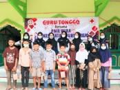Anggota PMR Wira SMK Kesehatan Purworejo, berfoto bersama dengan para peserta Guru Tonggo di mushola Dusun Onggopaten, Desa Mudalrejo, Loano, Minggu (18/04/2021) - foto: Sujono/Koranjuri.com