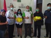 Direktorat Intelkam Polda Bali menyerahkan bantuan sembako melalui pengelola Subak untuk para petani penggarap yang terdampak pandemi covid-19 - foto: Istimewa