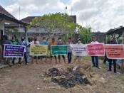 Upaya protes yang dilakukan simpatisan dari pihak tergugat atas eksekusi lahan yang sebelumnya dimiliki oleh Antonius I Made Restika - foto: Koranjuri.com