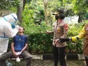Kapolsek Tanjung Duren, Kompol Rosana Albertina Labobar memantau swab antigen pemudik yang kembali ke Ibukota - foto: Istimewa