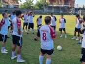Briefing Mitra Devata sebelum kickoff kontra Indies FC - foto: Yan Daulaka