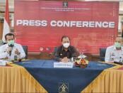 Gubernur Bali Wayan Koster (tengah) memberikan keterangan terkait maraknya pelanggaran yang dilakukan oleh Warga Negara Asing yang ada di Bali - foto: Koranjuri.com